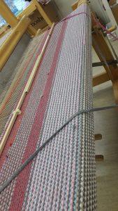 Toimintakeskus Hyrylässä pääsee kutomaan esimerkiksi mattoja kangaspuilla.