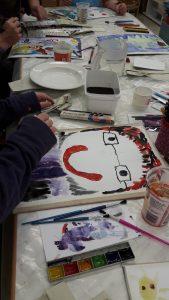 Asiakkaille järjestetään erilaisia maalaus- ja askartelutyöpajoja.