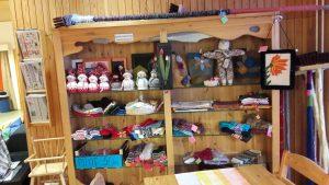 Myymälästä löytää erilaisia sisustus- ja käyttötuotteita, jotka ovat tehty Toimintakeskus Hyrylän työpajoilla.