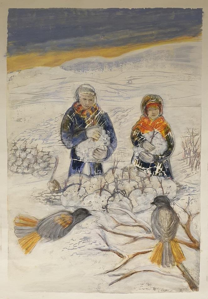 Kaksi ihmistä istuu lumessa isot lumipallot käsissä. Kaksi kuukkelia katsoo heitä.